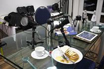 Microfone, leere Teller, Kaffee, Tee