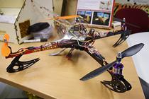 Ein Quadrocopter, auch Quadricopter, Quadrotor oder Schwebeplattform, ist ein Luftfahrzeug, das vier in einer Ebene angeordnete, senkrecht nach unten wirkende Rotoren oder Propeller benutzt, um Auftrieb und durch Neigung der Rotorebene auch Vortrieb zu erzeugen