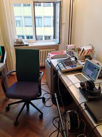 Büro im Alltag einer Podcastaufnahme