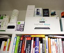 Gadgets und Bücher im Büroalltag
