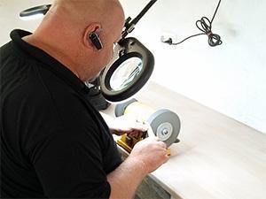 Thomas Holz direkt an einer Schleifmaschine