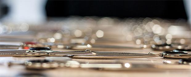 Geschärfte Scheren auf einem Tisch und unscharfem Hintergrund