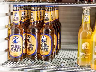 Blick in den Kühlschrank mit Club Mate