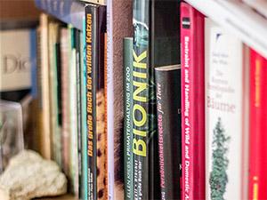 Bücherregal bei Dag Encke im Büro des Tiergartendirektors