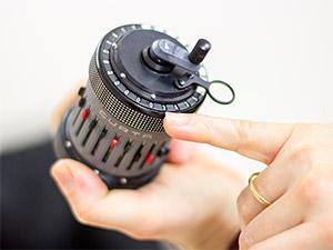 Abbildung der Curta, die mechanische Rechenmaschine