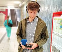 Matthis Dierkes vom WDR Hörfunk mit Aufnahmegerät