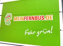 Logo meinfernbus auf grünem Grund am Bussteig