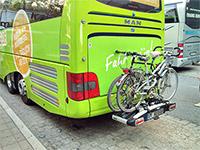 Blick auf das Heck des Busses mit einigen Fahrrädern
