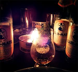 Club-Mate und ein Glas Whiskey Laphroaig im Kerzenlicht