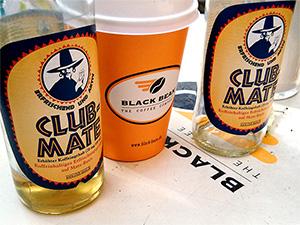 Club-Mate und Kaffee auf einem Tisch