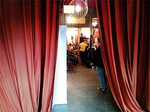 Blick am Vorhang vorbei auf den Veranstaltungsraum der border:none