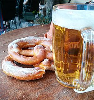 Blick auf eine Halbe Bier und zwei Brezen