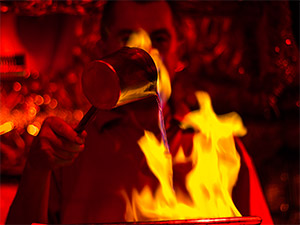 Feuerzangenbowle bei der Herstellung am Nürnberger Christkindlesmarkt
