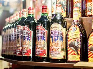 Verschiedene Flaschen Glühwein in der Auslage einer Bude am Christkindlesmarkt