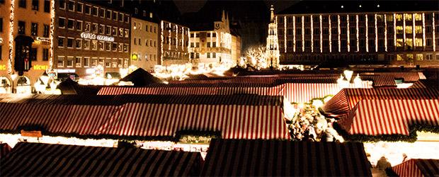 Blick auf den Christkindlesmarkt in Nürnberg bei Nacht