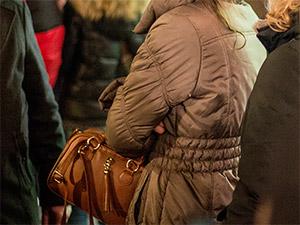 Ein Blick auf eine Handtasche am Christkindlesmarkt in Nürnberg