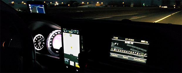 Blick in das Cockpit des Taxis von Hürth nach Köln Deutz