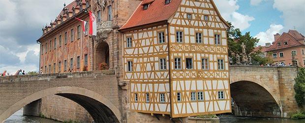 Rathaus von Bamberg mit fränkischen Flaggen
