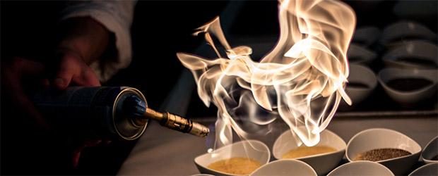 Creme brulee wird von Dieter Oster flambiert.