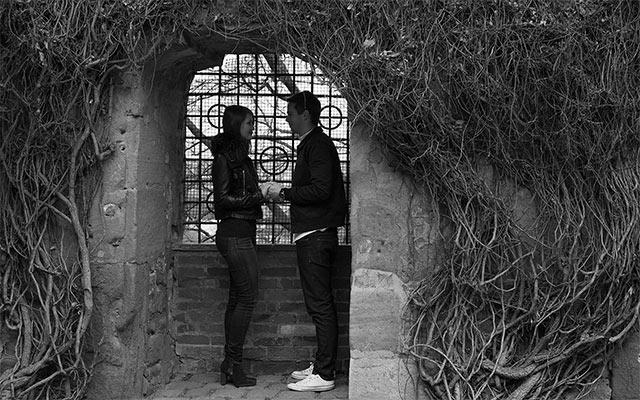 Pärchen Händchen haltend Fenster Burggarten Kaiserburg Nürnberg