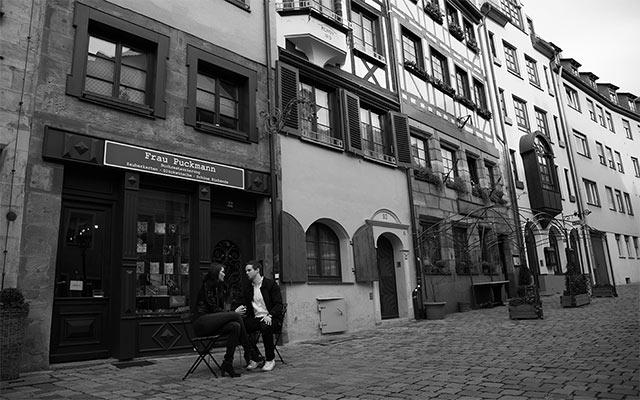Pärchen Tisch sitzend Geschäft Weißgerbergasse Nürnberg