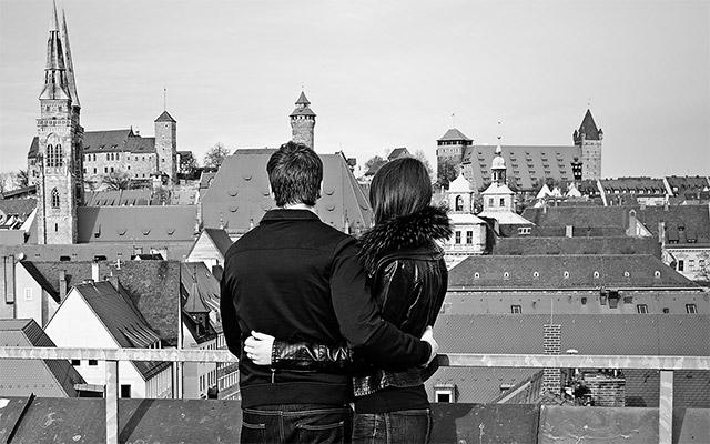 Paar Arm in Arm Dach Parkhaus Nürnberg
