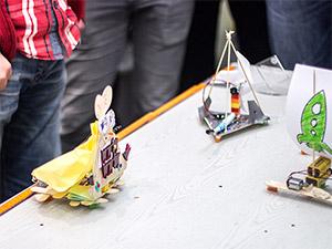 Die Teilnehmer des Zahnbürsten-Roboter-Rennens auf dem OpenUp Camp 2014 in Nürnberg