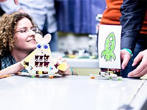 Zahnbürsten-Roboter-Rennen auf dem OpenUp Camp 2014 in Nürnberg