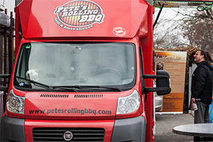 roter Food Truck Pete's Rolling BBQ Nürnberg