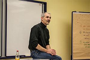 Stefan Probst Tisch sitzend OpenUp Camp