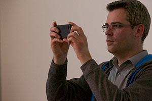 Markus Teschner fotografiert mit Handy