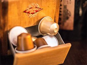 Kaffeemühle mit Nespressokapseln