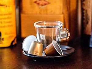 Marke Nespresso auf Tasse mit Kapseln