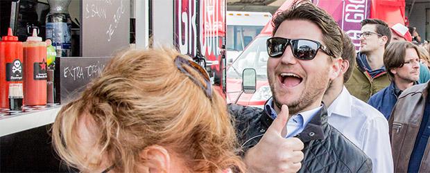 Begeisterter Food Truck Genießer auf dem 2. Food Truck Treffen