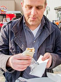 Besucher genießt seinen Burrito