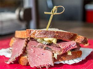 Pastrami-Sandwich von Red Flag BBQ