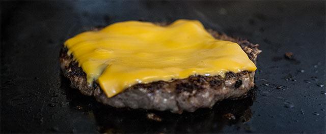 Käse schmilzt auf Pattie