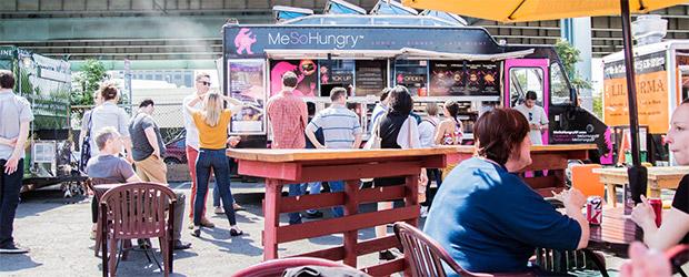 Wartende Kunden vor einem Food Truck