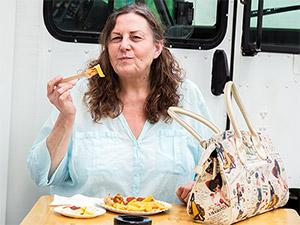 Zufriedene Kundin am Food Truck Wurstdurst