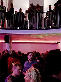 Gäste auf der Wiedereröffnungsfeier der Weinerei