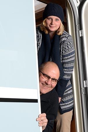 Reisende in Wohnmobiltür stehend