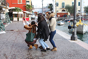 Touristinnen am Hafen