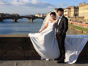 chinesisches Brautpaar auf Brücke