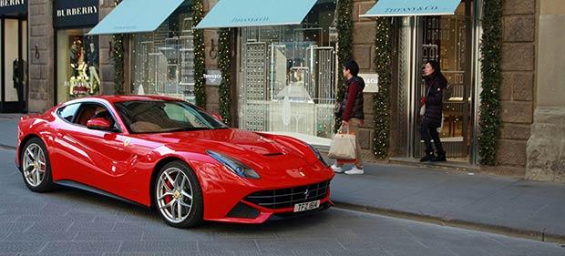 Ferrari parkt vor Tiffany Geschäft