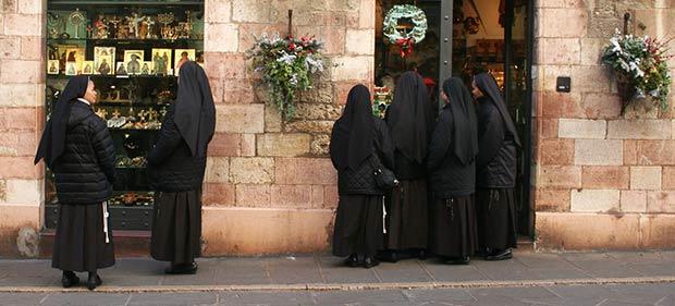 Nonnen vor Geschäft