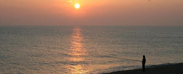 Angler am Strand der Adria bei Sonnenaufgang