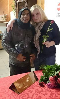 Ina Niederlich mit Rosenverkäufer