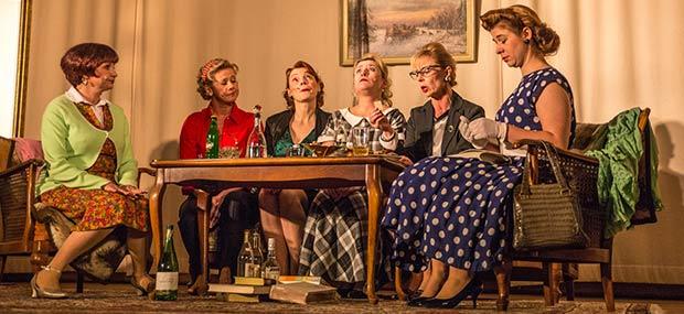 Damen sitzen an Tisch