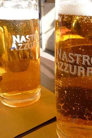 zwei frisch gezapfte Biergläser