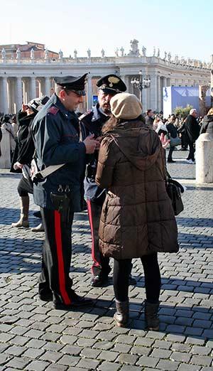 2 Polizisten mit Frau im Gespräch